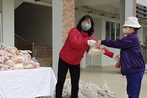 Quận Hoàng Mai: Những suất quà đầy ý nghĩa đến với người dân phường Mai Động