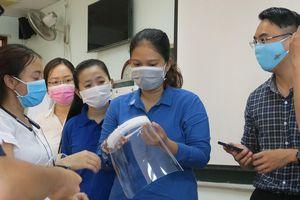 Sinh viên trường y xung kích chống dịch