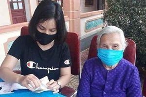 Cụ bà 90 tuổi cầm xấp tiền 1 ngàn và 2 ngàn đồng ủng hộ quỹ chống dịch