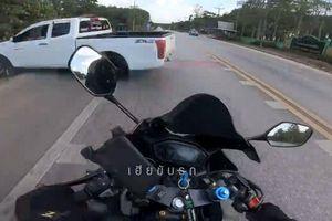 Kỹ thuật siêu hạng giúp biker thoát tử thần trước đầu bán tải