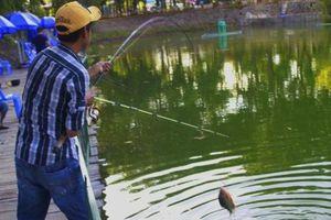 Bị phạt 200.000 đồng vì đi câu cá không đeo khẩu trang
