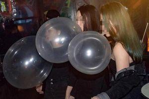 Tổ chức sinh nhật bằng bóng cười giữa dịch Covid-19