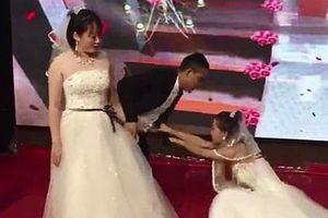 Người yêu cũ của chú rể bất ngờ mặc váy cưới đến hôn lễ nhưng hành xử của cô dâu mới ngỡ ngàng