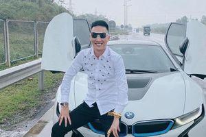 Dừng xe trên cao tốc chụp, Huấn Hoa Hồng bị chỉ trích không thương tiếc
