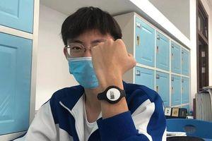 Học sinh Trung Quốc đeo vòng tay đo thân nhiệt kết nối điện thoại di động