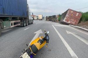 Hải Dương: Tránh xe máy sang đường xe đầu kéo lật nhào