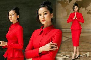 H'Hen Niê diện style đỏ rực khoe body siêu chuẩn, thanh lịch nhưng vẫn thừa sức hút