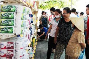 500 người nghèo được hỗ trợ mua hàng tại Chợ nhân đạo