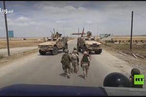 Hai xe bọc thép Mỹ chặn đường quân cảnh Nga ở Đông Bắc Syria