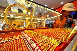 Đầu tuần, giá vàng chững lại, USD tiếp tục tăng vọt