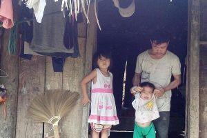 Căn bệnh lạ đẩy gia đình nghèo đói vào sự khốn cùng