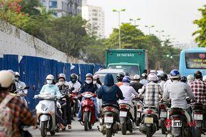 Hà Nội: Giao thông 'nghẹt thở' tại nút giao Hoàng Quốc Việt - Nguyễn Văn Huyên