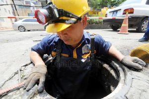 Người công nhân ngâm mình dưới cống vì một Hà Nội sạch đẹp