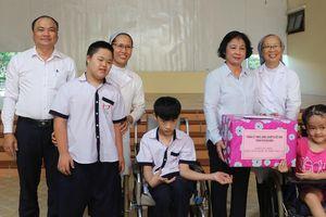 Thăm và tặng quà cho trẻ em khuyết tật