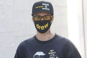 Justin Bieber khoe loạt hình xăm 'khủng', một mình đi ăn trưa ở Mỹ