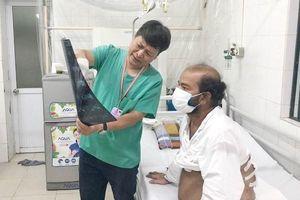 Bác sĩ Việt Nam cấp cứu nhiều người bệnh nước ngoài mắc kẹt vì Covid-19, không có tiền điều trị