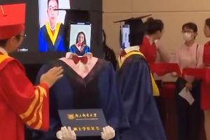 Học sinh Trung Quốc dự lễ tốt nghiệp tại nhà, nhờ robot nhận thay