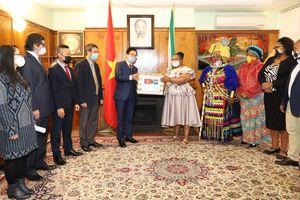 Đại sứ quán Việt Nam tại Nam Phi hỗ trợ người dân nước sở tại phòng chống dịch COVID-19