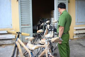 Quảng Nam: Phát hiện xe container chở hàng hóa không rõ nguồn gốc