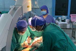 Phẫu thuật thành công 2 học sinh chấn thương nặng do cây phượng đè