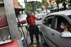 Tổng thống Venezuela Maduro xem xét nâng giá xăng dầu