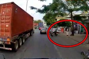 Clip: Nữ tài xế lái xe lấn làn, tông trúng cụ ông
