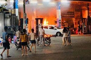 Dập tắt đám cháy tại cây xăng Hào Nam ở quận Đống Đa