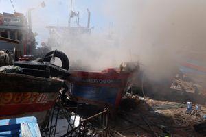 Dập tắt đám cháy tại xưởng sửa chữa tàu cá