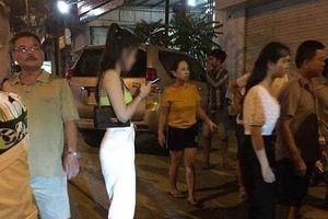 Xác minh vụ nam thanh niên dùng điện thoại quay lén cô gái trong nhà vệ sinh bị đánh hội đồng