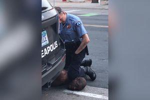 Mỹ bắt sĩ quan cảnh sát đè chết người da đen gây chấn động