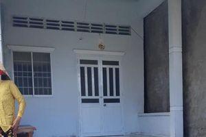1 phụ nữ bị chủ nợ cầm bô phân hôi thối đổ lên đầu, tạt vào nhà