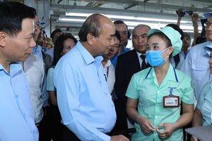Thủ tướng hỏi thăm tình hình sản xuất và đời sống của công nhân ở Bắc Ninh