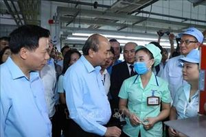 Thủ tướng Nguyễn Xuân Phúc thăm hỏi công nhân, người lao động