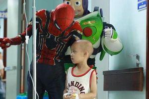 Ấm lòng những 'siêu anh hùng' mang niềm vui đến cho các em bé mang bệnh ung thư ngày 1/6 và câu chuyện cảm động về những chiếc điện thoại bên giường bệnh