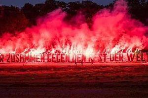 Fan cứng đốt pháo hoa đỏ rực một góc trời chào mừng các cầu thủ trở lại nhưng phải nhận cái kết không viên mãn