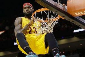 LeBron James nhảy qua đầu đối thủ để úp rổ