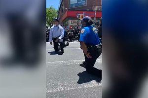 Cảnh sát New York và người biểu tình 'đồng lòng' quỳ gối