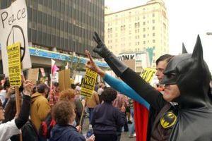 'Batman' bình tĩnh đi vào đám đông biểu tình