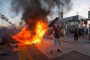 Mỹ: Người biểu tình châm lửa đốt cháy hàng loạt xe sang