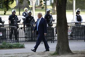 Tai vạ ập đến vào cuối nhiệm kỳ của Trump