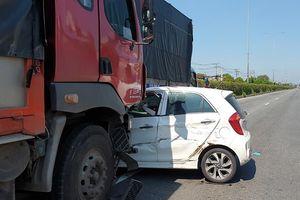 Tài xế người nước ngoài 'tái mặt' sau tai nạn liên hoàn