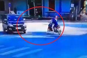 Khoảnh khắc 2 xe máy va chạm ô tô, người đàn ông bị cuốn vào gầm xe