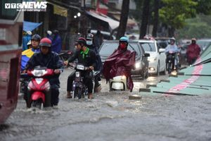 TP.HCM mưa như trút, dòng người sợ hãi vượt 'rốn ngập' về nhà
