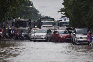 Úng ngập khu vực gầm cầu Thăng Long do chênh lệch cốt mặt đường