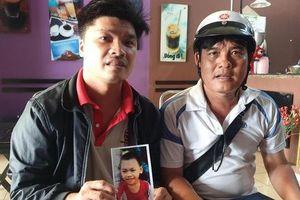 Vụ bé trai 4 tuổi mất tích khi tắm mưa: Cha ôm ảnh nhờ hiệp sĩ tìm giúp vì nghi bé bị bắt cóc