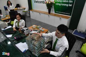 Tiền gửi vào ngân hàng vẫn tăng dù lãi suất tiết kiệm giảm