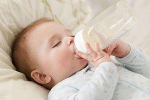 Bác sĩ 'mắng' người mẹ cố cho con 4 tháng uống nước ngày nắng nóng