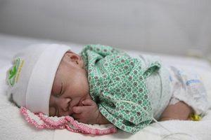Cậu bé sinh non chỉ 600g được xuất viện sau 72 ngày điều trị tại Bệnh viện Phụ Sản Hà Nội