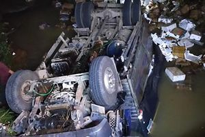 Đắk Nông: Xe tải lao xuống suối, 2 người tử vong
