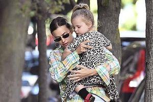 Irina Shayk diện mốt 'giấu quần' sành điệu đưa con gái cưng đi chơi